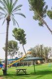 厄梅尔,内盖夫,以色列- 6月27,由水池的高尔夫球假期与幻灯片厄梅尔,内盖夫, 2015年6月27日在以色列 库存图片