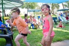 厄梅尔(啤酒舍瓦),以色列少年和女孩游泳风镜的与其他孩子在水池附近, 2015年7月25日 免版税库存照片