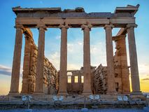 厄瑞克忒翁神庙,雅典,日落的希腊前面看法上城的 库存图片