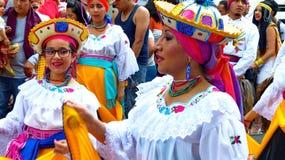 厄瓜多尔传统五颜六色的礼服的舞蹈家在Paseo del尼诺,厄瓜多尔期间 图库摄影