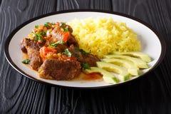 厄瓜多尔传统食物:seco de chivo与garn的山羊肉 免版税库存照片