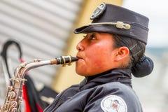 年轻厄瓜多尔妇女萨克斯管爵士乐球员 图库摄影