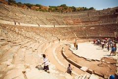 历史上升在古老石步的剧院和游人 库存照片