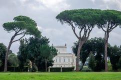 历史上,与庭院和花和灌木ladshaftnym的一座重要建筑大厦地标城堡在设计为 库存图片