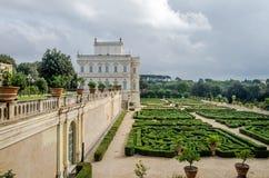 历史上,与庭院和花和灌木ladshaftnym的一座重要建筑大厦地标城堡在设计为 图库摄影