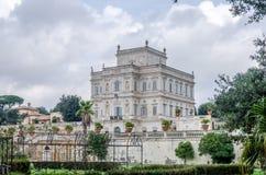 历史上,与庭院和花和灌木ladshaftnym的一座重要建筑大厦地标城堡在设计为 免版税库存图片