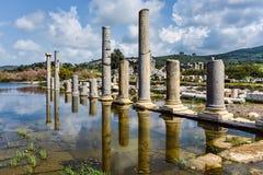 历史专栏反射在一个古色古香的城市 库存图片