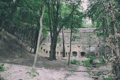 历史中世纪防御组织、城市堡垒墙壁,砖城堡与高防御墙壁和强大 免版税库存图片