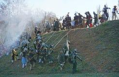 历史争斗重建-执行小山的攻击者防御者 图库摄影