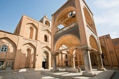 历史亚美尼亚大教堂的外部有走动的访客的 免版税库存图片