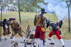 历史再制定天布尔诺 历史步兵服装的演员在新的攻击前给步枪充电 免版税库存图片