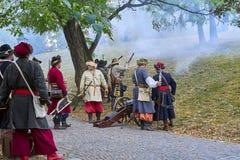 历史再制定天布尔诺 历史步兵服装的演员攻击施皮尔贝格城堡 图库摄影