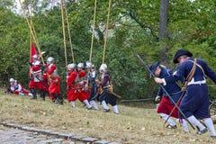 历史再制定天布尔诺 历史步兵服装的演员攻击施皮尔贝格城堡 免版税库存照片