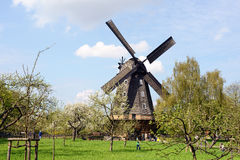 历史农场和风车在柏林(德国) 库存照片