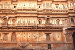 历史印地安房子门面有墙壁古老设计的和阳台,印度的拉贾斯坦 免版税库存照片