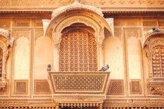 历史印地安房子门面有被雕刻的墙壁、阳台和老设计元素的,印度 免版税库存图片