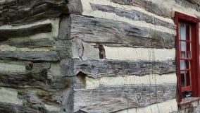 历史原木小屋外部角落和窗口 库存照片