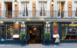 历史咖啡馆为圣诞节装饰的Procope,巴黎,法国 免版税库存图片