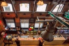 历史啤酒厂的访客有商标的De做出选择的Koninck在啤酒柜台 库存照片
