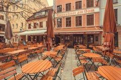 历史啤酒酒吧的许多桌在老巴法力亚城市 库存照片