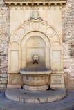 历史喷泉领事宫殿在古比奥 免版税库存图片