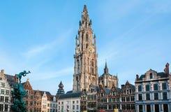 历史城市正方形有我们的夫人和其他老大厦16世纪大教堂的  库存图片