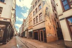 历史城市狭窄的街道有被修补的石头和电车路轨的 免版税库存照片