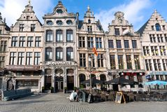 历史城市的中心有大厦和旅游餐馆门面的在早晨在安特卫普 免版税库存图片