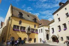 历史城镇厅大厦的外部与上面蓝天的在雷根斯堡,德国 库存图片