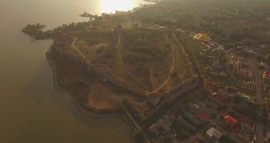 历史堡垒的惊人的空中图片在河出海口附近的 股票录像