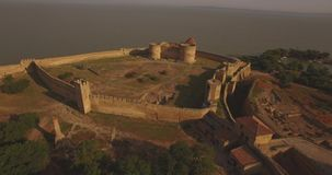 历史堡垒的惊人的空中图片在河出海口附近的 影视素材