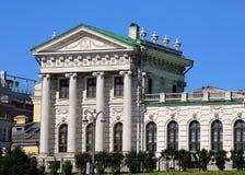 历史大厦的白色翼在莫斯科 免版税库存图片
