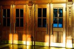 历史大厦的门 免版税库存照片