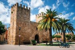 历史市的堡垒墙壁的门Alcudia,马略卡 免版税库存图片