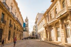 历史建筑在老哈瓦那古巴在与lo的一美好的天 库存图片