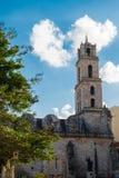 历史建筑在老哈瓦那古巴在与lo的一美好的天 库存照片