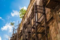 历史建筑在老哈瓦那古巴在与lo的一美好的天 免版税图库摄影