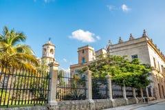 历史建筑在老哈瓦那古巴在与lov的一美好的天 免版税库存照片
