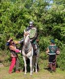 历史恋人-有一匹马和他的仆人的一个骑士历史服装的 库存图片
