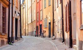 历史房子和有些自行车在老城市区域 斯德哥尔摩的Gamla斯坦有古老街道的 免版税库存照片