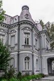 历史房子门面  一个老葡萄酒房子的垂直的看法 图库摄影