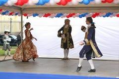 历史服装和舞蹈Rameau的侄子合奏的促进者和舞蹈家表现  库存照片
