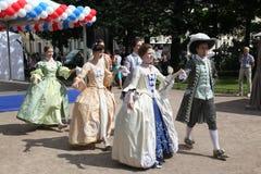 历史服装和舞蹈Vilanella合奏的促进者和舞蹈家表现  免版税库存照片