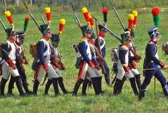 历史服装的战士在battl前进 免版税库存照片