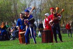 历史服装的音乐家在公园执行 免版税库存图片
