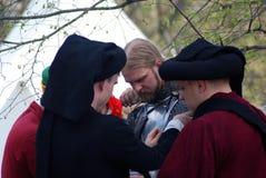 历史服装的(骑士)人为争斗做准备 免版税库存照片