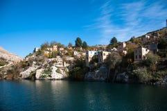 历史村庄和城堡在halfeti birecik水坝  免版税库存图片