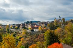 历史欧伯讷村庄的美丽的景色,一个意想不到的五颜六色的秋天风景的瑞士 库存照片