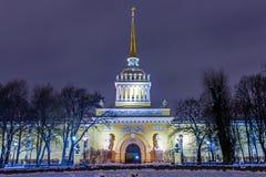 历史海军部buildingl地标彼得斯堡夜 免版税图库摄影