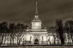 历史海军部buildingl地标彼得斯堡夜 库存照片